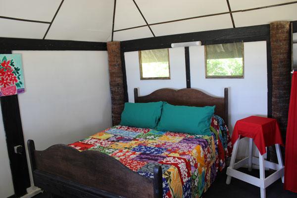 Le grand lit de la petite chambre
