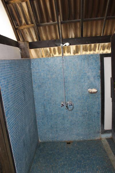 La douche de la petite chambre